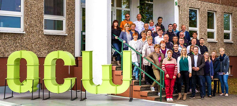 QCW - Team auf der Eingangstreppe